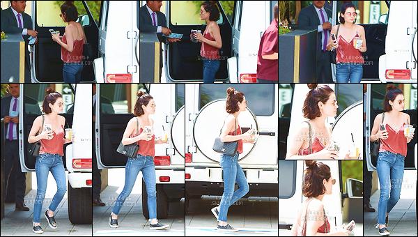 24/06/2017 : Notre brunette préférée a été aperçue arrivant à l'hôtel Roosevelt dans lequel elle séjourne. La miss enchaîne les sorties cette semaine à Los Angeles. Elle porte une tenue très simple que j'apprécie bien. Les hauts colorés lui vont bien. Top !
