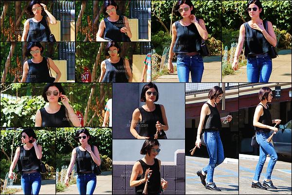 12/07/2017 : La petite Lucy est allée faire quelques courses dans le quartier de Beverly Hills, à Los Angeles. Profitons des candids de Lucy avant qu'elle file pour la suite du tournage de Life Sentence à Vancouver. La tenue est simple et jolie, comme souvent.