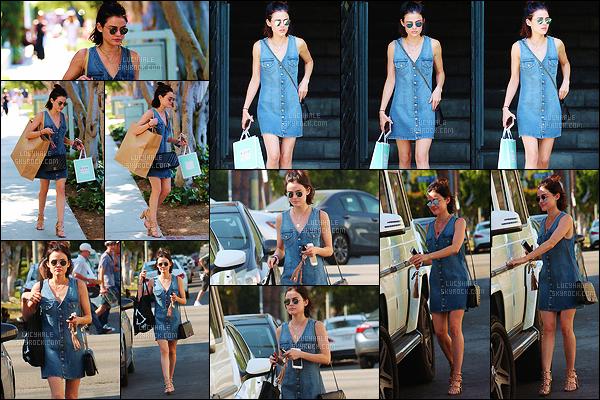 08/07/2017 : Lucy, encombrée de sacs, a été aperçue faisant les magasins dans les rues de Los Angeles. Les paparazzis n'ont pas lâché l'actrice durant cette journée. Cette tenue est sympa, surtout les chaussures ! C'est un joli top pour ma part. Vos avis ?