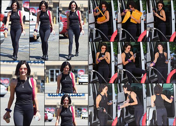 28/07/2017 : La miss Hale a été vue se baladant dans les rues de Los Angeles après avoir acheté son café. Un peu après, nous la retrouvons à une station essence, toujours dans la ville de Los Angeles. La tenue est sympa mais elle manque de couleur. Top