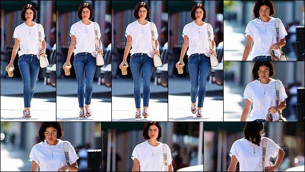 26/07/2017 : La miss Hale a été vue se baladant dans les rues de Los Angeles après avoir acheté son café. Pour le coup, elle portait une tenue simple mais les chaussures apportent une petite touche de peps. Très peu de photos disponible malheureusement.