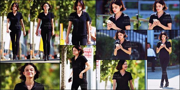 25/08/2017 : Lucy, toute de noir vêtue, a été suivie par les paparazzis en arrivant sur le tournage de LS. Notre actrice adorée enchaîne les scènes dans le personnage de Stella. Elle est toujours aussi mignonne avec ce joli sourire. Vous ne trouvez pas ?