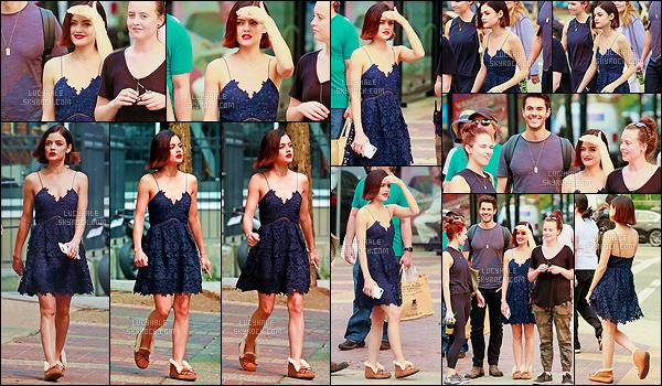 06/09/2017 : Lucy, de retour à Vancouver, profitait de sa pause sur le tournage de LS pour aller déjeuner. J'aime bien la robe qu'elle porte mais les chaussures ne vont pas du tout. Je pense qu'elle les a enfiler vite fait pour partir vite entre deux tournages.