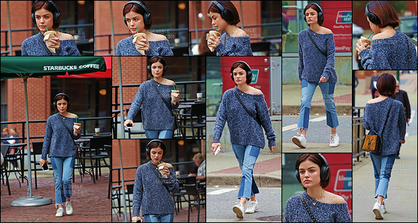 17/09/2017 : Lucy Hale, un casque audio sur la tête, a acheté un café dans l'un des Starbucks de Vancouver. Enfin un peu de news après quelques jours passés sans sortie de la belle. Niveau tenue, le pull n'est pas trop mal mais le pantalon est vraiment laid..