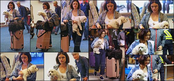 09/10/2017 : La belle Lucy a été aperçue à l'aéroport de Vancouver après avoir visité sa famille à Memphis. Enfin des news de Lucy, j'ai l'impression de dire ça à chaque fois que j'ai un candid. Je n'aime pas le pantalon qu'elle porte, c'est une tenue plutôt bof..