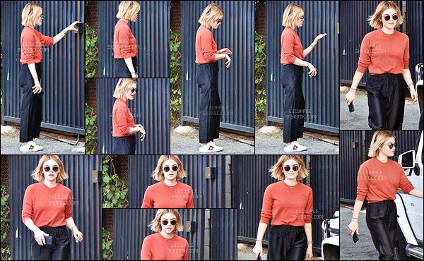18/12/2018 : Miss Hale, s'est rendue chez un proche et a été aperçue alors qu'elle en sortait, à Los Angeles. J'aime beaucoup le style de sa tenue même si je n'aurais jamais osé porter son pantalon noir. L'ensemble va très bien ensemble pour autant.  Petit top !