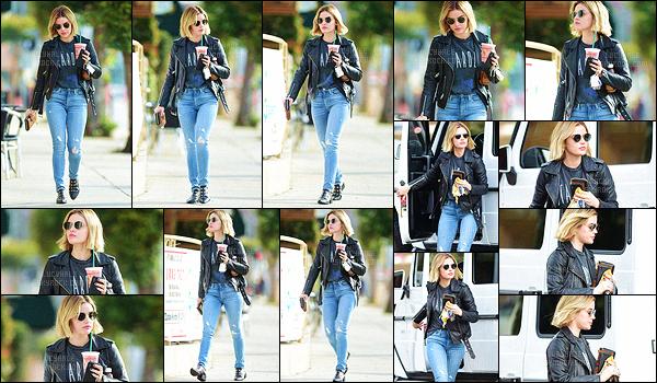 19/11/2018 : Notre Lucy, un café habituel à la main, a été aperçue dans un quartier de la ville de L. Angeles. Lunettes de soleil noires, veste en cuir, chaussures en cuir, c'est un look rock que nous propose la belle actrice. J'aime beaucoup cette tenue, un joli top.
