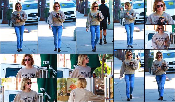 27/11/2018 : La belle Lucy se dirigeait vers sa boutique préférée, le fameux Starbucks Coffee de Studio City. Et bien on peut dire qu'ils devraient prendre Lucy en tant qu'égérie, on la voit tout le temps là-bas, elle leur fait une pub de fou. - Stop aux tatanes.