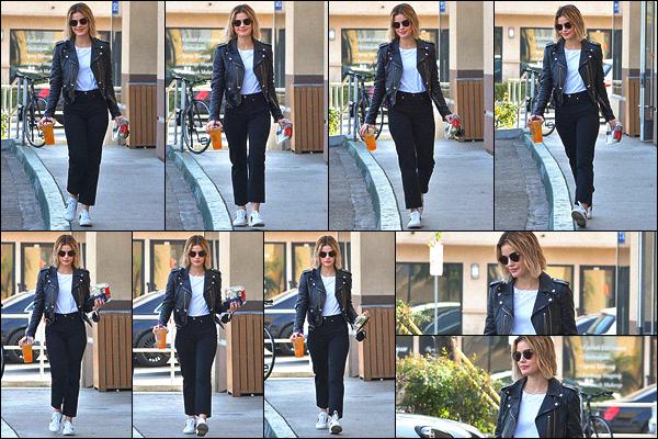 12/12/2018 : A notre grande surprise, Lucy est allée s'acheter sa boisson préférée dans un Starbucks de LA. La miss porte une tenue vraiment très jolie que j'aurais totalement pu porter. Je la trouve superbe comme à son habitude. Top ! Qu'en pensez-vous ?