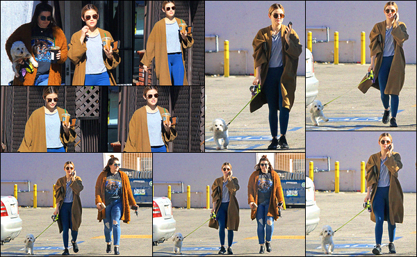 11/12/2018 : L. Hale, accompagnée d'une amie et de son chien, est allée s'acheter sa boisson au Starbucks. Toujours cette boisson orange dont elle raffole, Lucy ne change jamais ses habitudes. Je la trouve belle avec son manteau mais pas d'avis sur sa tenue.