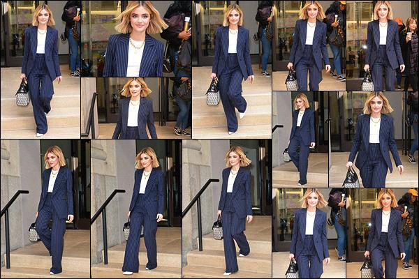 09/01/2019 : Lucy Hale sortait des studios du site BuzzFeed où elle a donné une interview, dans New York. Elle porte une tenue qui fait très femme d'affaire, j'aime beaucoup. La couleur lui va bien et sa coiffure est vraiment superbe sur elle. Un très beau top.