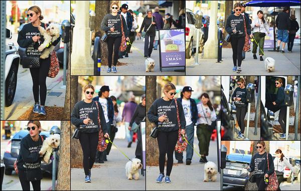 09/03/2019:Lucy Hale a été aperçue alors qu'elle promenait son chien Elvis dans les rues de Los Angeles. C'est le retour de notre actrice adorée et c'est un vrai plaisir de la revoir. A en voir son Instagram, son petit chien lui a manqué, ça se comprend. J'adore !