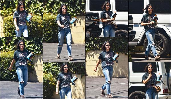 13/08/2019 : Jolie Lucy, toujours autant suivie, a été aperçue alors qu'elle était dans les rues de Los Angeles. C'est une tenue travaillée/négligée que Lucy porte : jean large et troué avec un haut évasé assez rock. J'aime mais avec les chaussures gâchent le look.