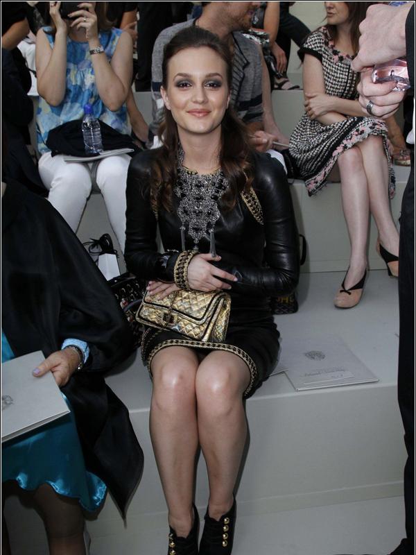 """FLASHBACK  ÉVÉNEMENT - Le 07 juin 2010, Leighton Meester était au défilé de haute couture Chanel durant la Fashion Week """"FallWinter 2011"""" à Paris. TOP ou FLOP ?  Elle était vraiment magnifique des pieds à la tête en passant par son MakeUp, qui était très léger, ce qui lui va à ravi !    $) Un grand TOP pour elle.  ."""