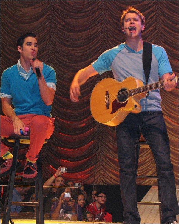 . En ce moment,  Darren est en tournée avec le reste du cast pour le GLEE TOUR ! .