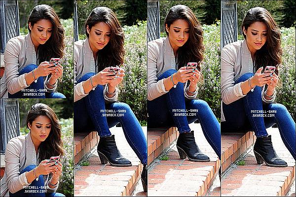 18/03/13 : Shay a été aperçu entrain de ce promener dans les rues de Los Angeles ou elle s'amusait avec son téléphone.