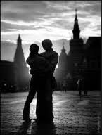Quand il me prend dans ses bras Il me parle tout bas Je vois la vie en rose Il me dit des mots d'amour Des mots de tous les jours Et ça me fait quelque chose Il est entré dans mon coeur Une part de bonheur Dont je connais la cause C'est lui pour moi, moi pour lui, dans la vie Il me l'a dit, l'a juré, pour la vie Et dès que je l'aperçois Alors je sens en moi, Mon coeur qui bat