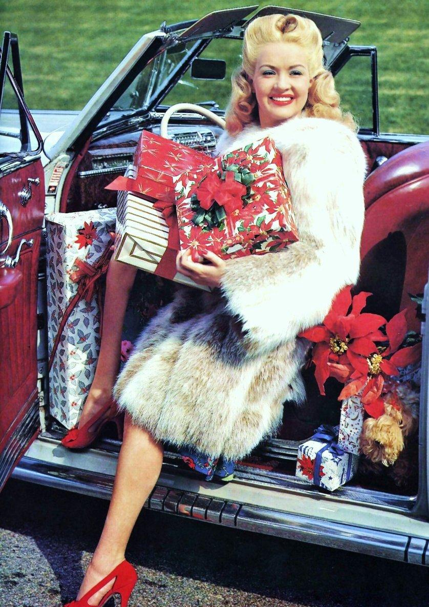 Elizabeth Ruth GRABLE, dite Betty GRABLE (St. Louis, Missouri, États-Unis, 18 décembre 1916 - Santa Monica, Californie, États-Unis, 2 juillet 1973) est une actrice, danseuse, chanteuse et pin-up américaine, dont la sensationnelle photo en maillot de bain devint la plus populaire pour les soldats américains de la seconde guerre mondiale. Elle est mieux connue pour ses fabuleuses jambes généreusement exposées dans ses comédies musicales de la 20th Century Fox qui les avait assurées pour un million de dollars chacune.