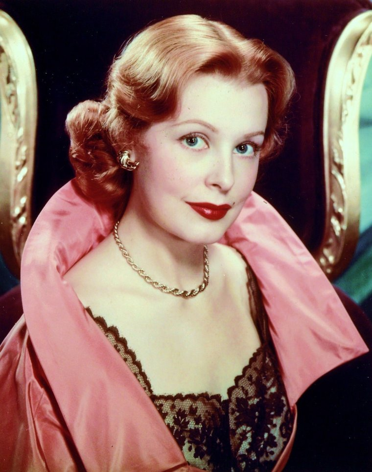 Arlene DAHL est une actrice américaine née le 11 août 1925 à Minneapolis, Minnesota (États-Unis) selon Wikipédia anglais qui cite le registre des naissances de l'État. Le doute semble entourer son année de naissance, 1928 et 1924 étant aussi cités.