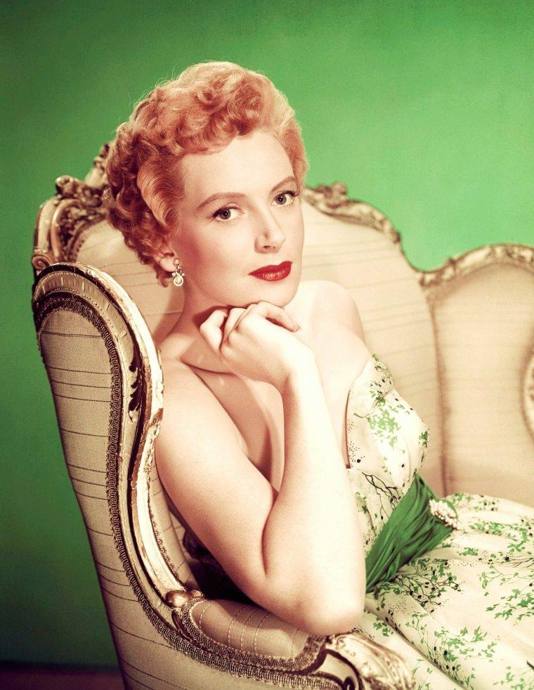 Deborah KERR (née Deborah Jane KERR-TRIMER, le 30 septembre 1921 à Helensburgh, Écosse, Royaume-Uni et morte le 16 octobre 2007 à Botesdale, Suffolk, Royaume-Uni), est une danseuse et actrice écossaise qui, après des débuts prometteurs au Royaume-Uni pendant la guerre, devint dans les années 1950 l'une des plus grandes stars d'Hollywood.