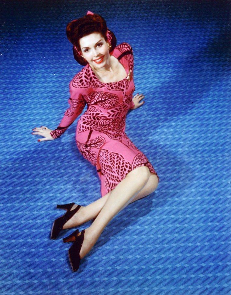 Ann MILLER née Clara Lucille Ann COLLIER le 12 avril 1923 à Chireno au Texas et décédée le 22 janvier 2004 à Los Angeles (Californie), était une actrice et danseuse de claquettes américaine.