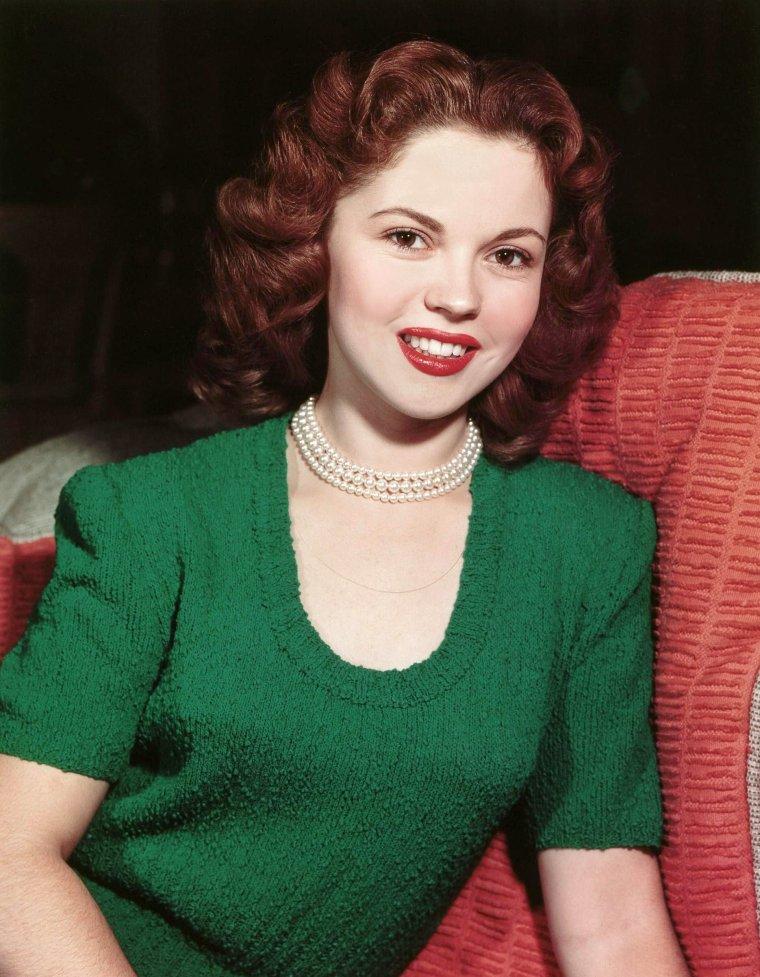 Shirley TEMPLE est une actrice et diplomate américaine, née le 23 avril 1928 à Santa Monica en Californie, décédée le 10 Février 2014 à Woodside, Californie . Elle tient une place à part dans l'histoire du cinéma : elle est en effet le premier enfant-star à avoir connu une renommée internationale, due en grande partie à sa longue filmographie. Elle fut une véritable icône dans l'Amérique des années 1930 et 1940. Après sa carrière d'actrice, elle devient diplomate.