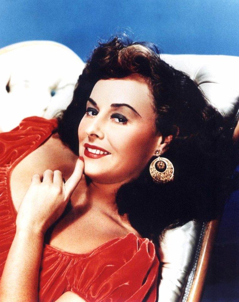 """Paulette GODDARD (Marion GODDARD LEVY), née le 3 juin 1910 à New York et morte le 23 avril 1990 à Ronco en Suisse, est une actrice américaine. Elle fut la troisième épouse de Charlie CHAPLIN : ils se marièrent secrètement en 1936 mais divorcèrent en 1942. Elle se remaria en 1958 avec le célèbre auteur d'""""À l'Ouest, rien de nouveau"""", Erich MARIA REMARQUE. Elle fut longtemps pressentie pour incarner Scarlett O'HARA dans """"Autant en emporte le vent""""."""