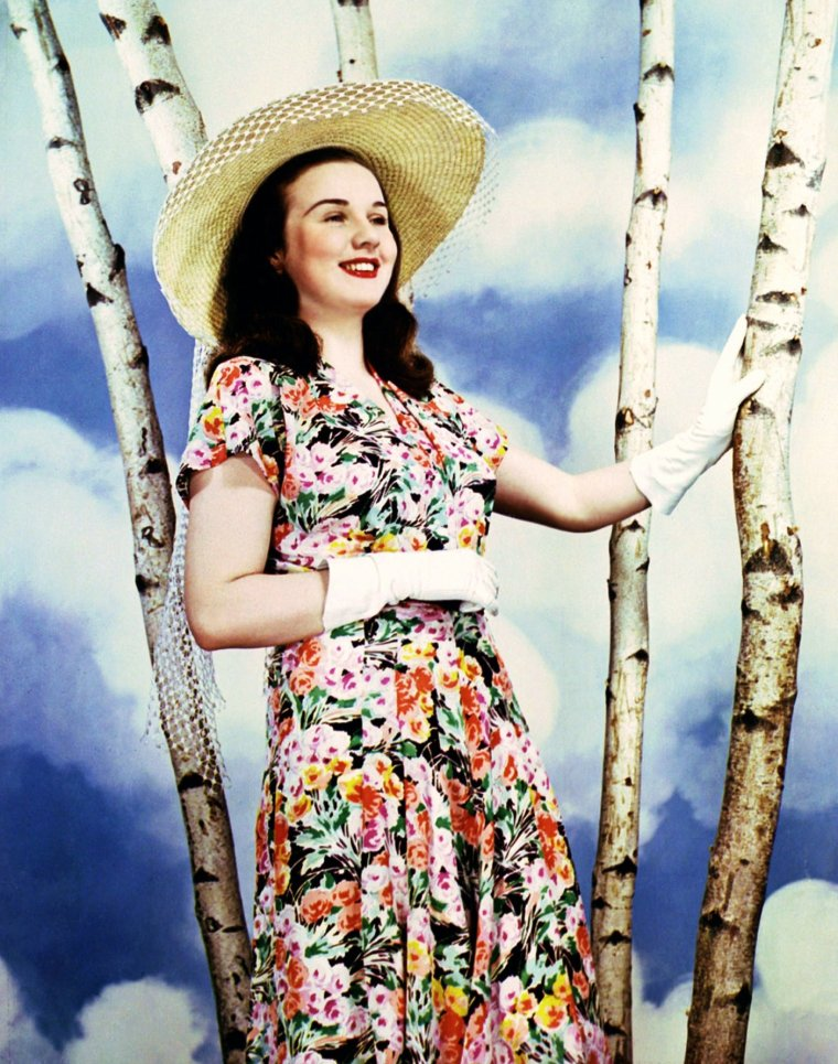 Edna Mäe DURBIN, dite Deanna DURBIN, est une actrice et chanteuse américaine née le 4 décembre 1921 à Winnipeg, au Canada, décédée le 20 Avril 2013 à Paris. Découverte par la Metro-Goldwyn-Mayer, elle fut l'actrice la plus populaire des comédies musicales des studios Universal Pictures des années quarante.