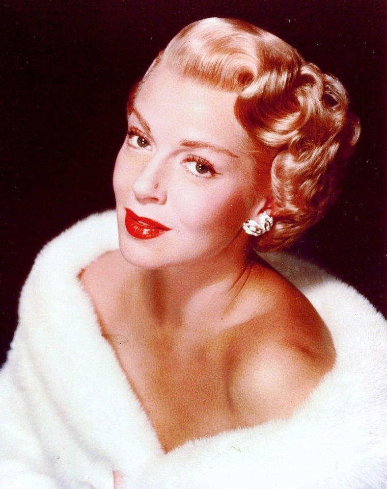 Lana TURNER est une actrice américaine de cinéma, née le 8 février 1921 à Wallace dans l'Idaho et décédée le 29 juin 1995 dans le quartier de Century City à Los Angeles en Californie. Lana TURNER fait partie de la mythologie hollywoodienne. Incarnation du glamour hollywoodien, elle fut pendant près de 20 ans une des stars de la Metro-Goldwyn-Mayer. Elle détient un record pour s'être mariée sept fois.