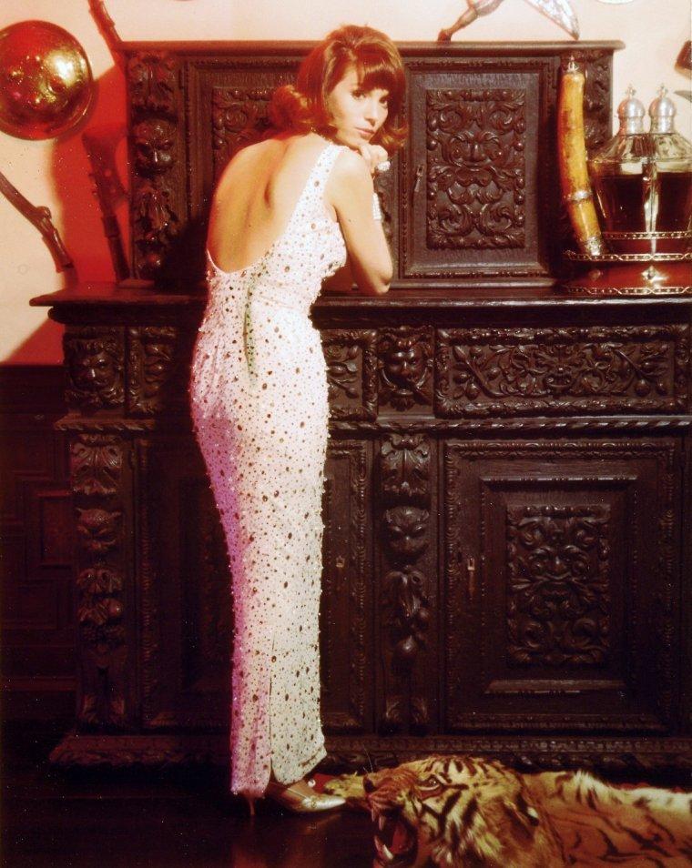 Elsa MARTINELLI, pseudonyme d'Elsa TIA, née le 13 janvier 1935 à Grosseto en Toscane, Italie, est une actrice italienne. Elle a commencé sa carrière comme mannequin avant de se tourner vers le cinéma.