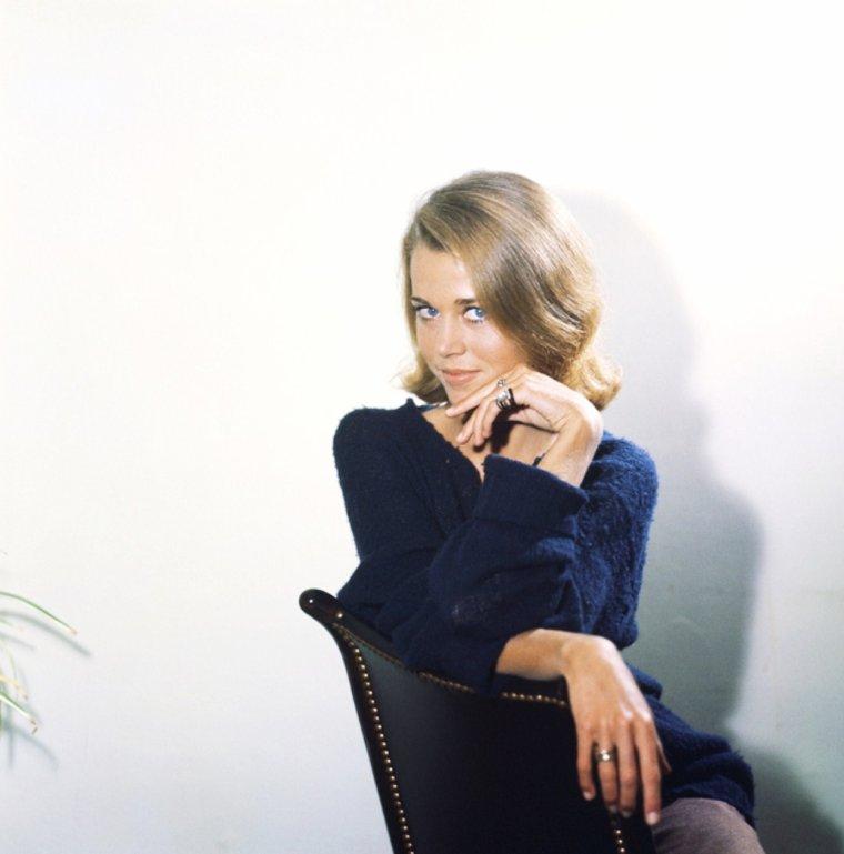 Jane FONDA (21 décembre 1937 à New York) est une actrice et une productrice américaine, également féministe et militante pacifiste. Son père est l'acteur Henry FONDA et sa mère est Frances FORD SEYMOUR . Jane est la s½ur de Peter FONDA et la tante de Bridget FONDA.