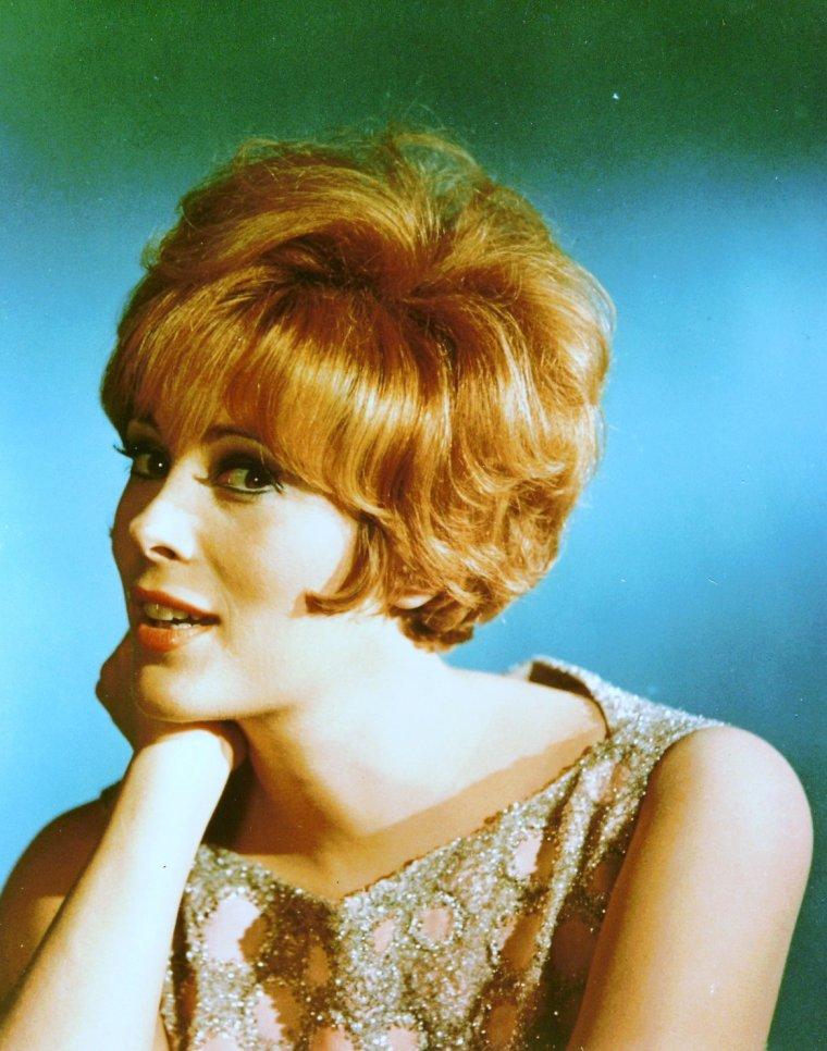 """Jill St JOHN (de son vrai nom Jill Arlyn OPPENHEIM), née le 19 août 1940 à Los Angeles, est une actrice américaine. Elle est plus connue pour son rôle de Tiffany CASE dans le James BOND """"Les Diamants sont éternels"""", sorti en 1971."""