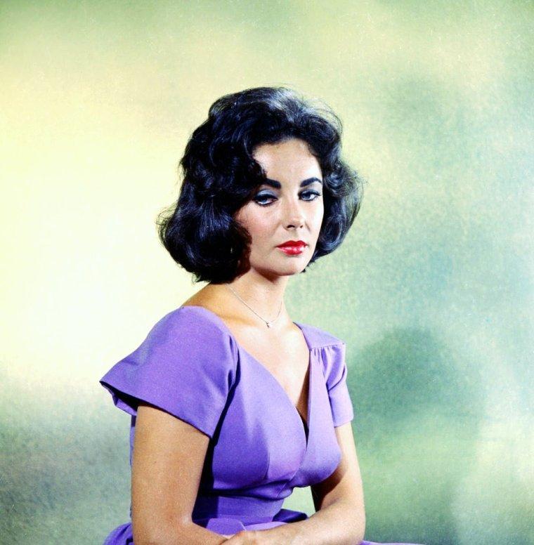 Dame Elizabeth ROSEMOND TAYLOR, communément appelée Liz TAYLOR, est une actrice britannico-américaine, née le 27 février 1932 à Londres, dans le quartier d'Hampstead, et morte le 23 mars 2011 à Los Angeles.