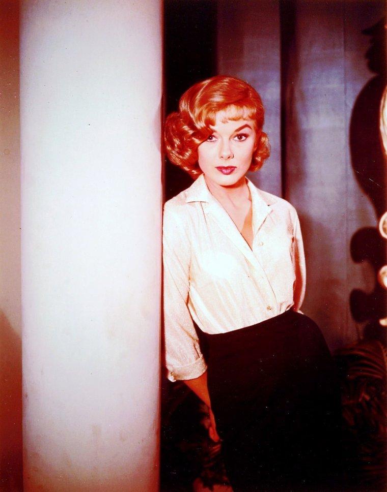"""Leslie PARRISH est une actrice américaine née le 13 mars 1935 à Melrose, Massachusetts (États-Unis). D'abord connue sous son vrai nom, Marjorie HELLEN, elle prendra le pseudonyme Leslie PARRISH en 1959. Elle a débuté sa carrière en tant que mannequin à New York avant de devenir actrice à Hollywood. Son rôle le plus marquant est celui de Daisy MÄE dans """"Li'l Abner"""". Par la suite elle travailla pour la télévision."""