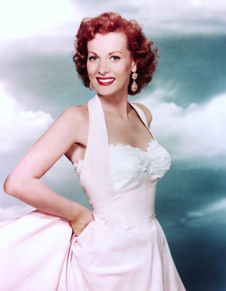 """Maureen O'HARA (née Maureen FITZSIMONS) est une actrice irlandaise née à Dublin le 17 août 1920. Elle débute avec """"L'auberge de la Jamaïque"""" et """"Quasimodo"""" où elle partage l'affiche avec Charles LAUGHTON. Prise sous contrat par la RKO (qui la cèdera bientôt à la Fox), elle commence une carrière à Hollywood ; elle a 19 ans. Aux États-Unis, elle tourne beaucoup, notamment sous la direction de John FORD en compagnie de John WAYNE (""""L'Homme tranquille"""" ou """"Rio Grande"""")."""