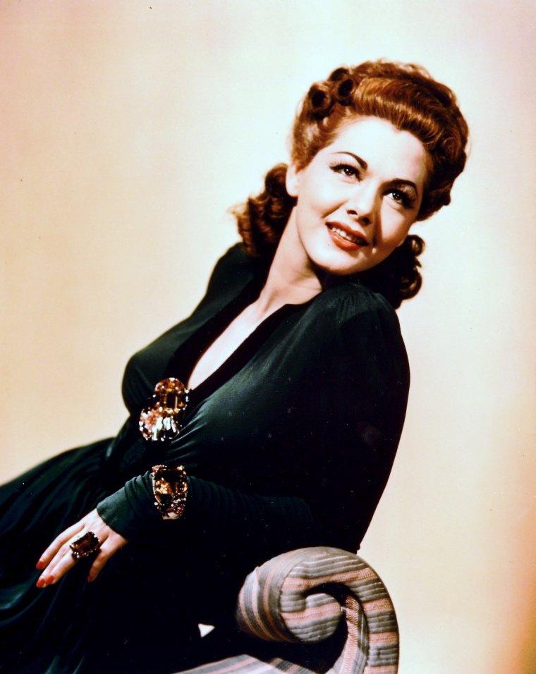 Maria MONTEZ, de son vrai nom Maria AFRICA GARCIA VIDAL, née le 6 juin 1912 à Santa Cruz de Barahona en République Dominicaine et décédée le 7 septembre 1951 à Suresnes, est une actrice dominicaine. Elle était l'épouse de l'acteur Jean-Pierre AUMONT et la mère de Tina AUMONT.  María MONTEZ est découverte morte dans sa baignoire. Elle a été inhumée à Paris, au cimetière du Montparnasse. L'aéroport de la ville dominicaine de Santa Cruz de Barahona porte son nom en hommage (Aéroport international María-MONTEZ).