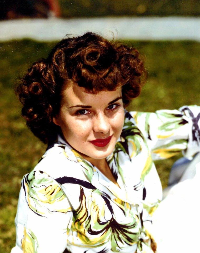 """Elizabeth Jean PETERS, dite Jean PETERS est une actrice américaine, née en 1926. Elle a vingt ans quand elle tourne """"Capitaine de Castille"""" sous la direction de Henry KING. Le succès du film en fait une des actrices cotées, dans le Hollywood d'après-guerre. Elle est décédée à Carlsbad (Californie) le 13 octobre 2000 des suites d'une leucémie, à 2 jours de son 74e anniversaire."""