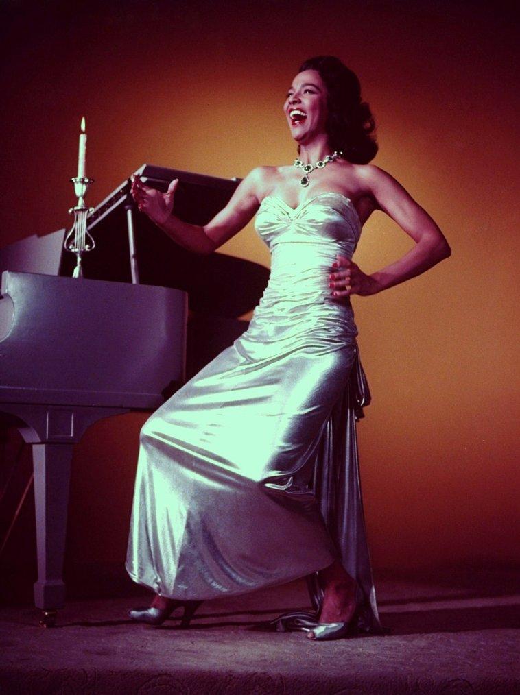 Dorothy Jean DANDRIDGE, née le 9 novembre 1922 à Cleveland (Ohio) et morte le 8 septembre 1965 à West Hollywood (Californie), est une actrice américaine. C'est la première actrice noire à s'être imposée à Hollywood.