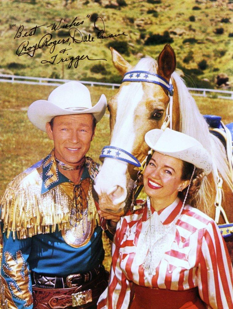Dale EVANS, de son vrai nom Lucille WOOD SMITH, née le 31 octobre 1912 à Uvalde (Texas) et décédée le 7 février 2001 à Apple Valley (Californie), était une écrivaine, actrice et chanteuse américaine. Elle fut la deuxième femme du chanteur et acteur cowboy Roy ROGERS.
