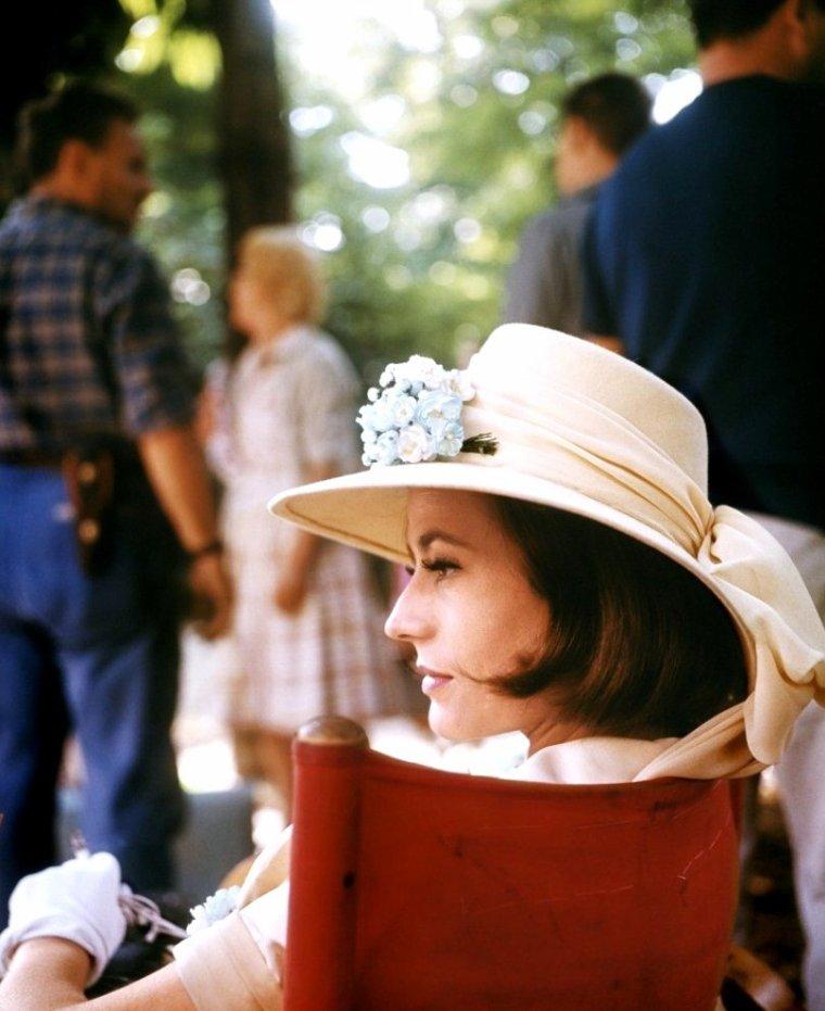 Annie GIRARDOT (Annie Suzanne GIRARDOT) est une actrice française, née le 25 octobre 1931 à Paris (10e) et morte dans cette ville le 28 février 2011.