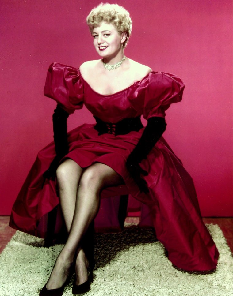 Shelley WINTERS, de son vrai nom Shirley SCHRIFT, est une actrice américaine, née le 18 août 1920 à Saint-Louis (Missouri) et décédée le 14 janvier 2006 à Beverly Hills (Californie). Elle a eu pour partenaires les plus grands acteurs du cinéma américain : Marlon BRANDO, Paul NEWMAN, William HOLDEN, James MASON et beaucoup d'autres.