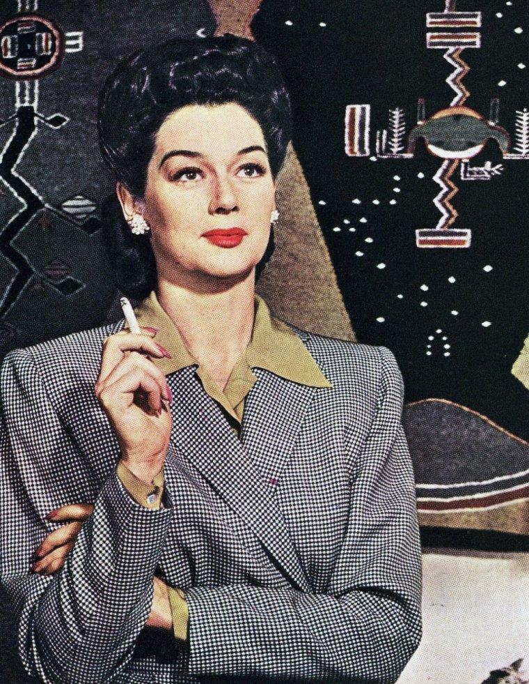 Rosalind RUSSELL est une actrice américaine, née le 4 juin 1907 à Waterbury, Connecticut et morte le 28 novembre 1976 à Beverly Hills, Californie.