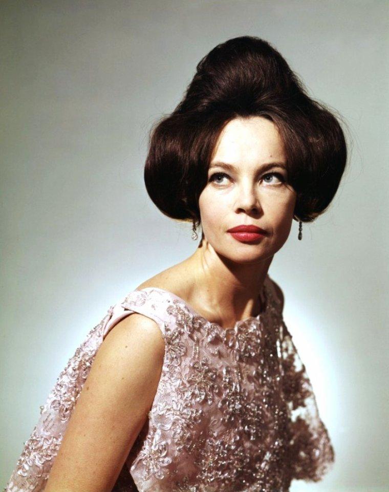 Leslie CARON, née Leslie Claire Margaret CARON d'un père français et d'une mère américaine le 1er juillet 1931 à Boulogne-sur-Seine (Seine), est une actrice et danseuse française.