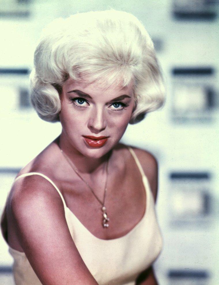 Diana DORS était une actrice anglaise, née à Swindon, Wiltshire, le 23 octobre 1931 ; décédée à Windsor (Angleterre), Berkshire, le 4 mai 1984.