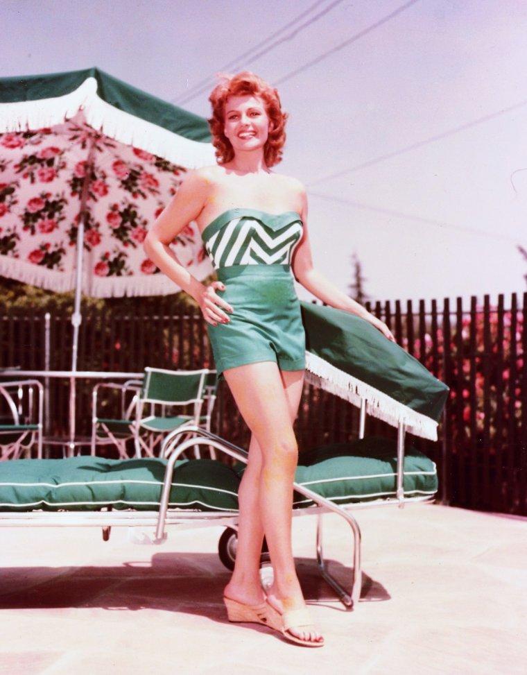 """Rita HAYWORTH (née Margarita Carmen CANSINO le 17 octobre 1918 à New York - 14 mai 1987 à New York) est une actrice américaine. Elle fut le sex symbol féminin des années 1940. Surnommée « la déesse de l'amour », elle devient une légende vivante avec son rôle principal dans le film mythique """"Gilda"""". Elle fut l'épouse d'Orson WELLES, du Prince Ali KHAN et de Dick HAYMES."""