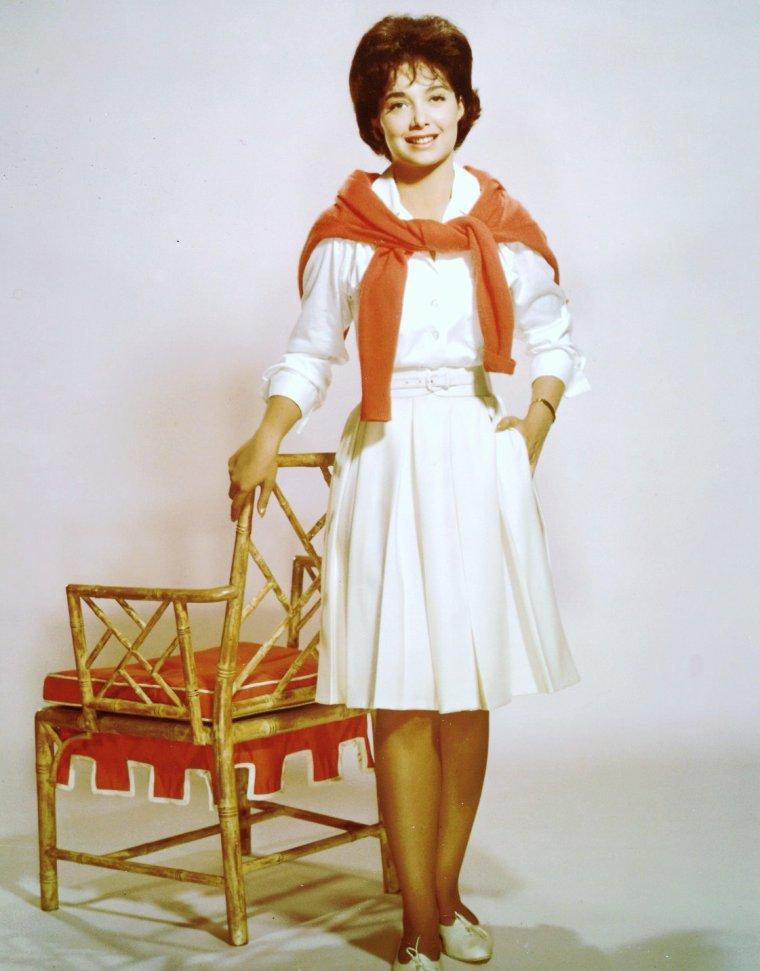 Suzanne PLESHETTE est une actrice américaine, née le 31 janvier 1937 à New York, décédée à Los Angeles le 19 janvier 2008. Elle a joué pour le théâtre, le cinéma et la télévision.