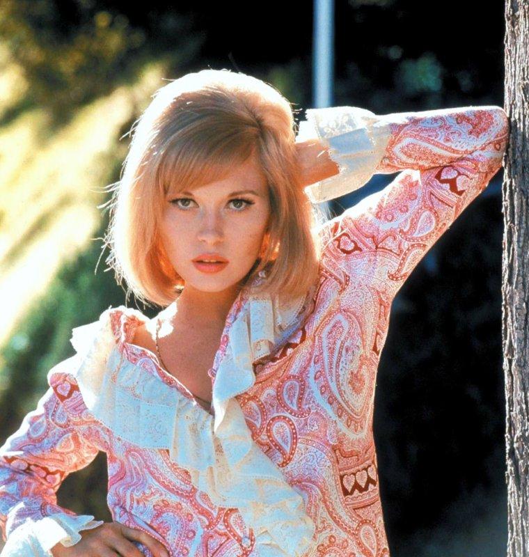 """Faye DUNAWAY, née le 14 janvier 1941 à Bascom en Floride, est une actrice, productrice et scénariste américaine. Elle commence sa carrière de comédienne au milieu des années 1960. L'immense succès du film """"Bonnie et Clyde"""" en 1967 fait d'elle une star. Sex-symbol dans les années 1960 et 1970, elle joue les femmes froides et sensuelles, à poigne et névrosées, guettées par la déchéance dans des films comme """"L'Affaire Thomas Crown"""", """"Chinatown"""" ainsi que """"Network"""" pour lequel elle reçoit un oscar."""