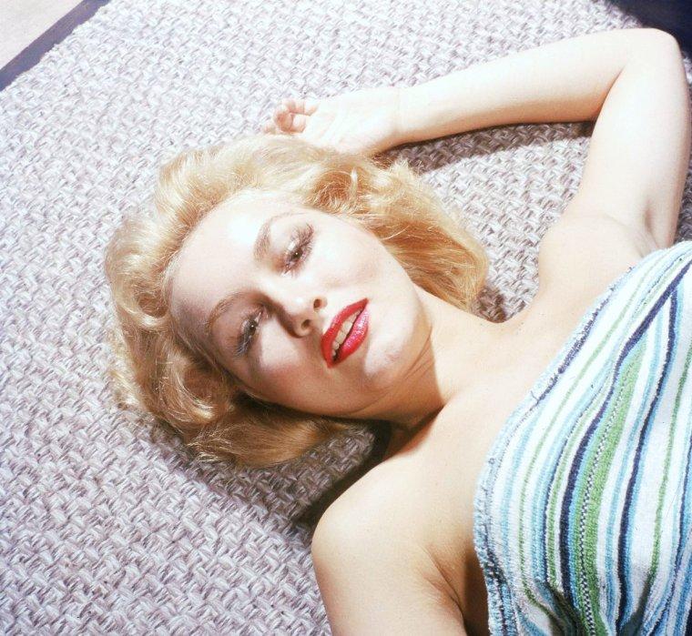 Julie NEWMAR, née Julia Chalane NEWMEYER, le 16 août 1933 à Los Angeles, Californie, est une pin-up et une actrice américaine.