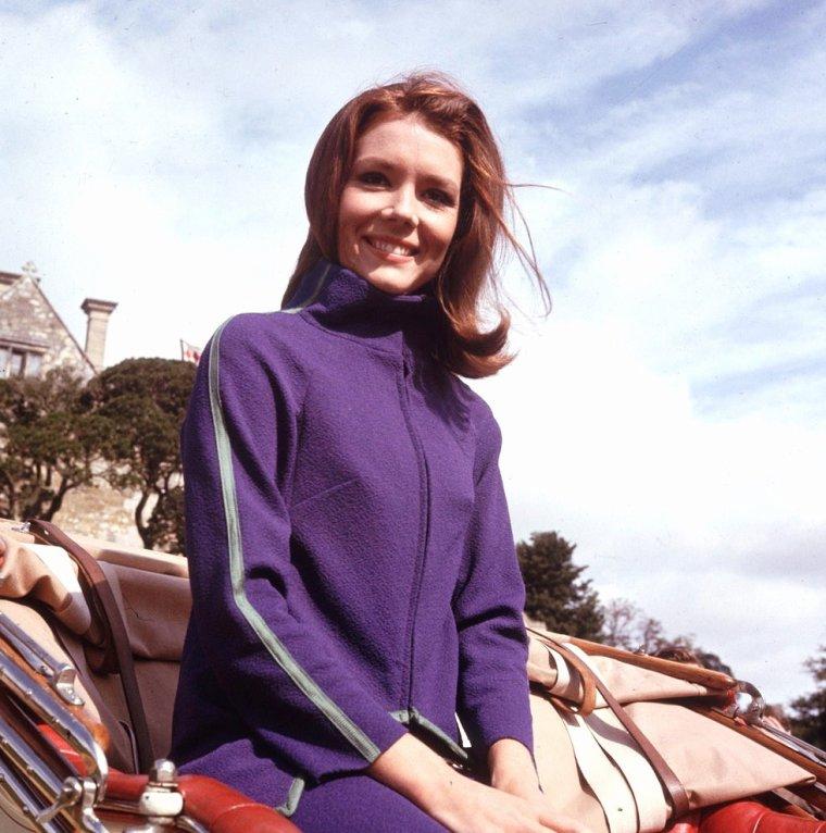 """Dame Diana RIGG est une actrice anglaise, née le 20 juillet 1938 à Doncaster (Angleterre). En France, elle est essentiellement connue pour son rôle d'Emma PEEL dans la série """"Chapeau melon et bottes de cuir"""" et celui de """"James BOND Girl"""" dans """"Au service secret de Sa Majesté"""". Mais elle est avant tout une actrice de théâtre, notamment à la """"Royal Shakespeare Company""""."""