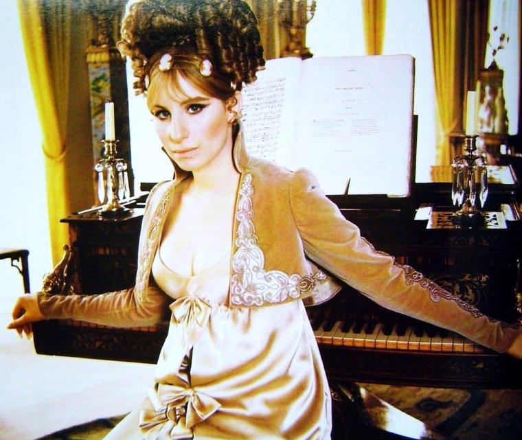 Barbra STREISAND, de son vrai nom Barbara Joan STREISAND, née le 24 avril 1942 à Brooklyn, New York est une chanteuse, actrice, réalisatrice et productrice américaine. Elle est la femme de l'acteur américain James BROLIN.